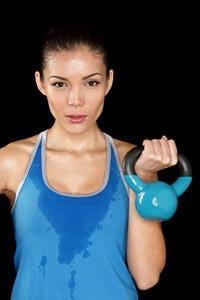 Niewielki odważnik kettlbell skutecznie zastąpi Ci całą siłownię.